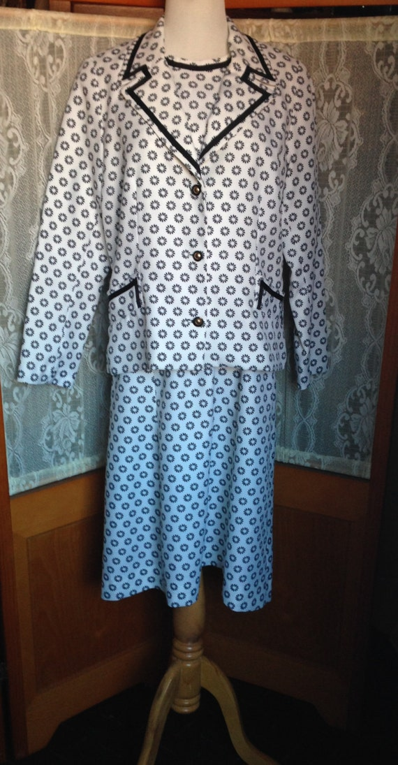 SALE Vintage 60s/70's White with Black Daisy Pattern Shift Dress and Lined Jacket M 8/10  Polyester