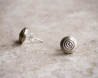 Pale gold swirls stud earrings, post earrings - 11 mm - hypnotic spirals button, metallic recycled button - Créations Naïra-Eiro - SALE -50%