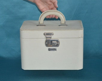 Vintage Train Case by Luce.    Classic Mid Century Style!