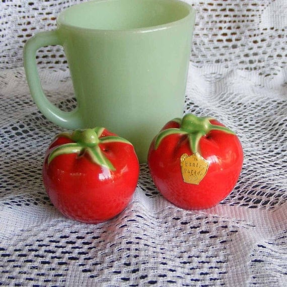Vintage Pantry Parade Red & Green Tomato Salt and Pepper Shakers Unused with Label Novelty Stanford Pottery Company Sebring Ohio ~ 4604a