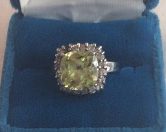 Beautiful ladies vintage sterling silver ring with a lime green synthetic stone