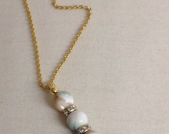 Elegance and simplicity: necklace with mother-of-Pearl light point.