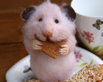 Needle felt realistic hamster with cookie, felted mouse, felted hamster, felted toy, felt animal, eco-friendly, collectable miniatur