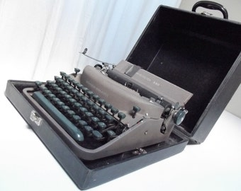 Remington Rand Noiseless typewriter, portable with case, ex-gendarmerie typewriter in excellent condition