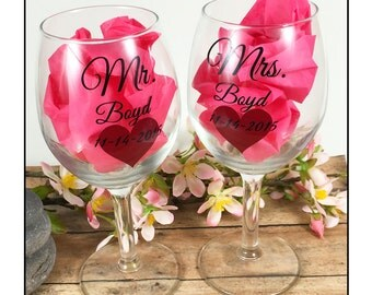Personalized Mr and Mrs glasses with heart - Personalized white wine glasses - bridal shower - wedding gift idea - toasting glasses