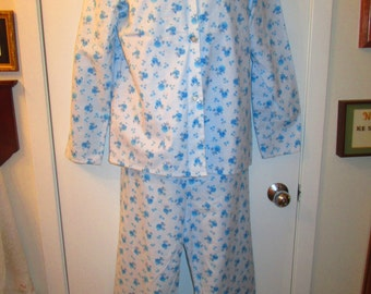 Simple vintage 65cotton 35 polyester flannel pajamas in like new vintage Condition. Sears label Large size 36