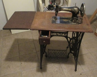 Singer sewing machine from 1930s No. F2766441 with lid & side table