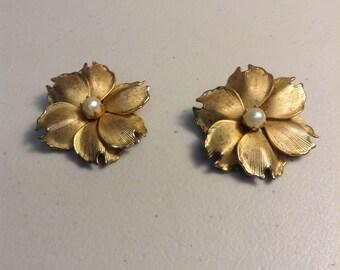 Vintage gold tone flower earrings
