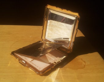 Vintage 1940s compact with blush compartment.