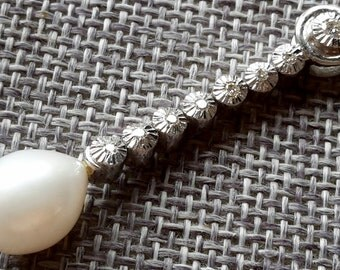 Beautiful quality 18ct / 750 white gold diamond and pearl drop pendent