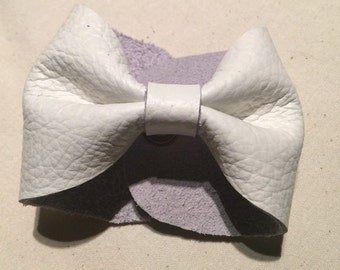 Tiska bow cuff in white leather