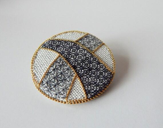 Blackwork broche brodé à la main avec or #5