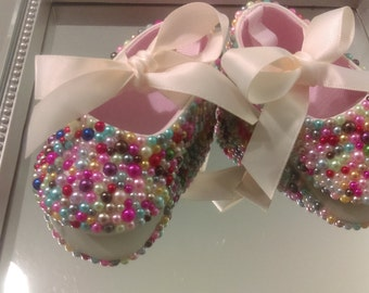 Size 0 mixed color pearl infant shoe