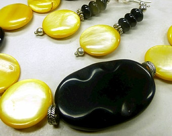 Yellow mother-of-Pearl set with Onyx