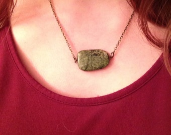 Stone pendant and chain necklace