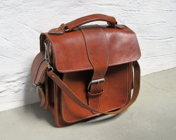 Saddle leather shoulderbag, crossbody bag, chestnut brown rigid leather messenger daypack, cognac coloured travel bag, for men and women