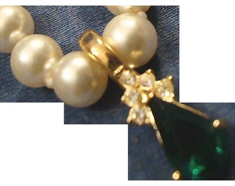 VINTAGE Beautiful Emerald rhinestone crystal pendant on glass faux pearl necklace