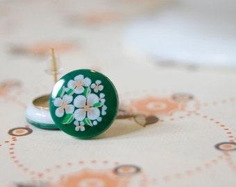 Kelly green folk floral posts- vintage earrings with white flowers- heidi posts