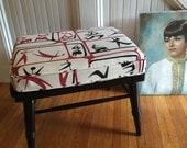 Réservé pour Nicolette MC OTTOMAN Footstool c1950s peint bois cadre nouveau coussin à l'aide de Vintage Barkcloth noir blanc rouge Vintage rétro