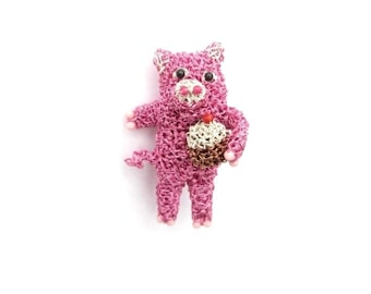 Pig holding a cupcake brooch - food brooch, pig jewelry, animal brooch, cute jewelry, crochet wire, ooak, pink, lapel pin, original gift