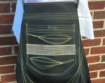 Cross-body in soft black with top-stitching