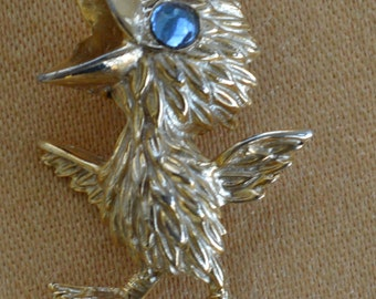 Pretty Vintage Gold tone Little Bird Brooch, Pin, Blue Plastic Eye (S15)