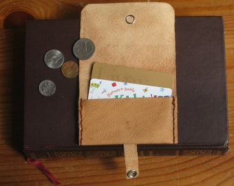 Peg Wallet with pearl button