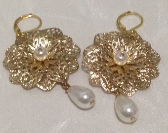 Gold Flower earrings with pearls