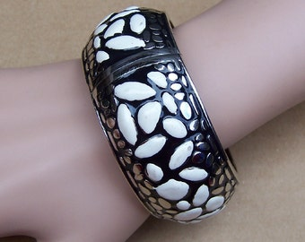 Vintage clamper bracelet silver tone metal white enamel ethnic jewellery bangle bracelet (108)