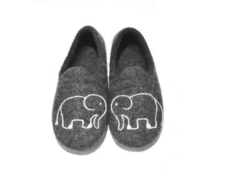 Dark grey men women indoor slippers - wool slippers - indoor felted slippers with an elephant