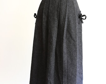 Gorgeous vintage charcoal wool skirt, bows on pockets size XS/S