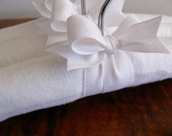 Baby Hangers, White Padded Baby Hangers | Vintage Damask, Linen, Baby Gift Padded Hanger Set, Padded Hangers for Bebé (Set of 3)