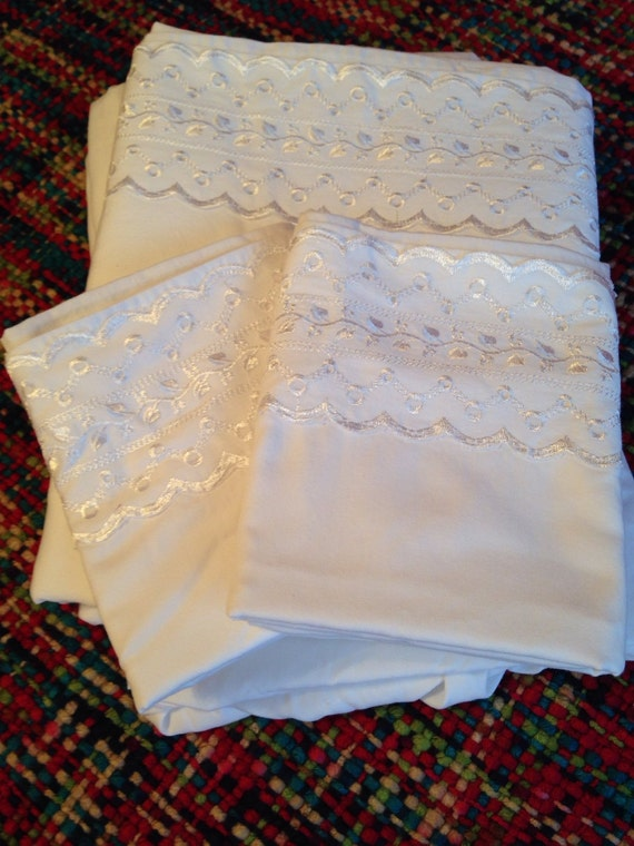 Vintage French Country Eyelet Lace Full Size Flat And Fitted
