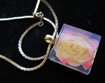 Rose Glass Pendant Necklace Z 78