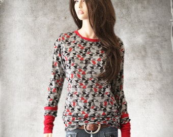 Top tee geometric abstract/Women gray red print/Extra long scrunch knit top