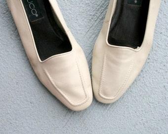 SALE/// Vintage CALICO Leather Boho Flats...size 8.5 womens...leather. urban. hippie. boho. gray. grey. cream. wedding. 1980s flats. retro