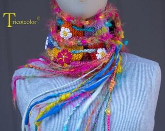 Echarpe pure laine et laine filée tricotée à la main avec fleurs crochetées