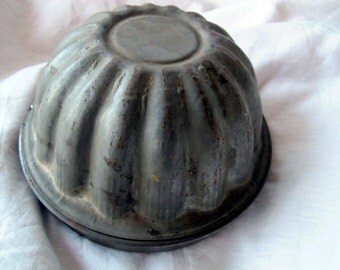 Antique lidded pudding mold / two part round weathered plum pudding mold with handle / Weathered pudding tin