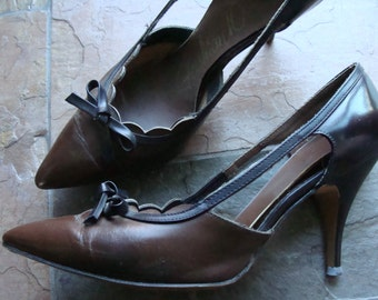 BROWN KITTEN HEELS scalloped 1950's 1960's 6 aa fashion 10 5.5