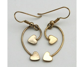 Vintage 1980s gold heart dangle earrings, Valentine hearts, wire curve, pierced drop earrings, french curved wires, jewelry, sweetheart gift