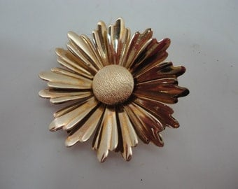 Sarah Coventry / Sarah Cov Large Gold / Goldtone / Gold Tone Brooch or Pin Sunflower or Daisy 1960's