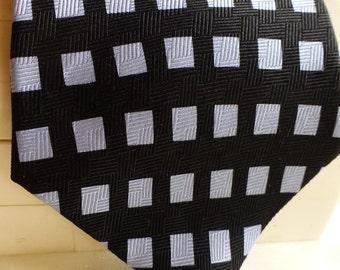 Kenneth Cole Designer Silk HandmadeTie. Vintage Abstract Black Silver Design. Fantastic!