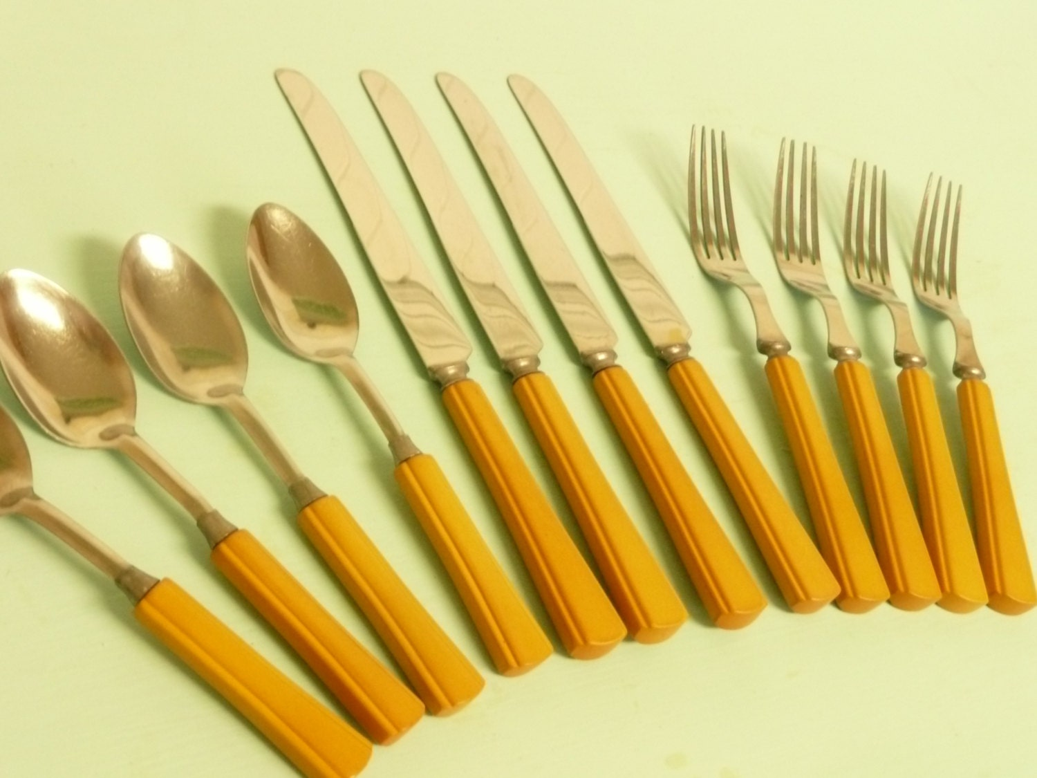 Nice matching butterscoth bakelite set art deco vintage - Flatware with colored handles ...
