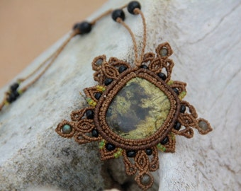 Gentle macrame necklace with serpentine and onyx