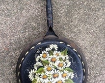 Black Metal Frying Pan, Painted Daisy Folk Art, Painted Skillet, Country Kitchen Decor, Farmhouse Decor, Cabin Decor