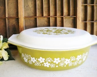 Vintage Pyrex Casserole Dish/Pyrex Baking Dish with A Lid/Crazy Daisy Pattern/Avocado And White/ Mid Century/2.5 Quart/Collectable/Holiday