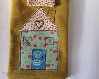 Kindle pouch lined and appliqued with free motion sewing
