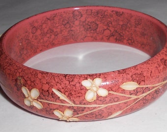 1970s hippie boho bangle bracelet carved flowers in Marbled and carved acrylic
