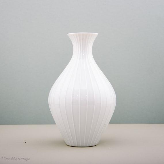 vintage grand vase rond blanc maill en par welikevintage sur etsy. Black Bedroom Furniture Sets. Home Design Ideas