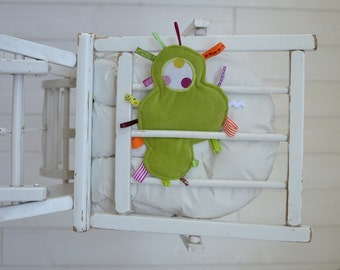 """Doudou étiquettes nuage en velours vert pomme et tissu blanc à pois colorés """"à pois de velours"""", bébé à partir de 3 mois"""